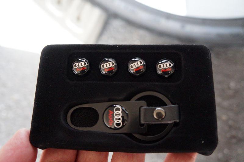 アウディ エアバルブキャップ 4個セット & キーホルダー型工具セット 2.JPG