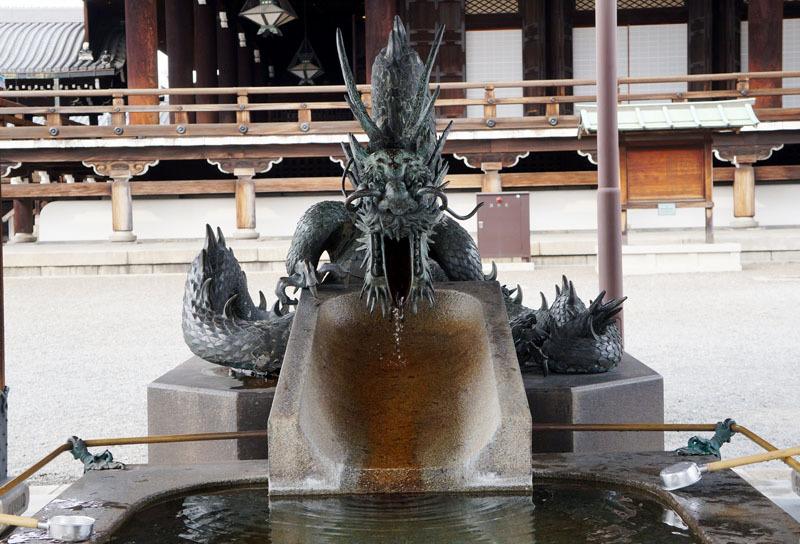 東本願寺 手水舎 龍 2.JPG